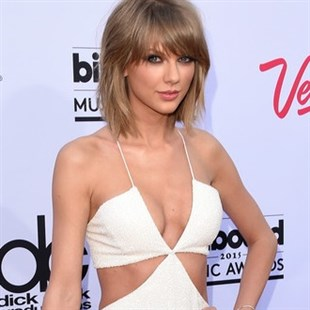 Taylor Swift Pushes Her Boobs Together At The BMAs