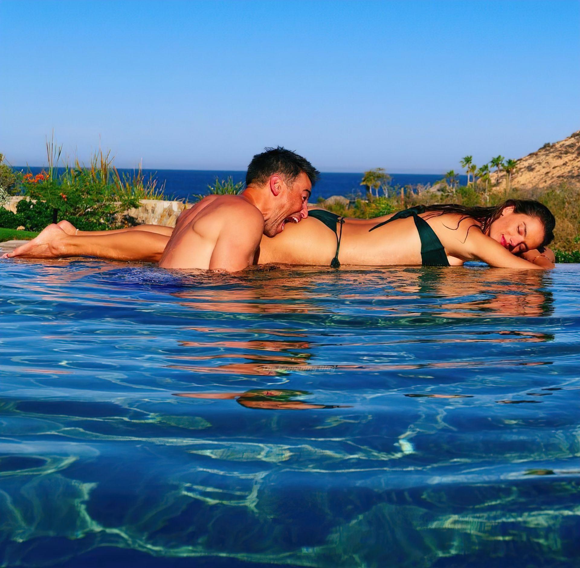 Alessandra Ambrosio Looks Sexy in Bikini (8 Pics)