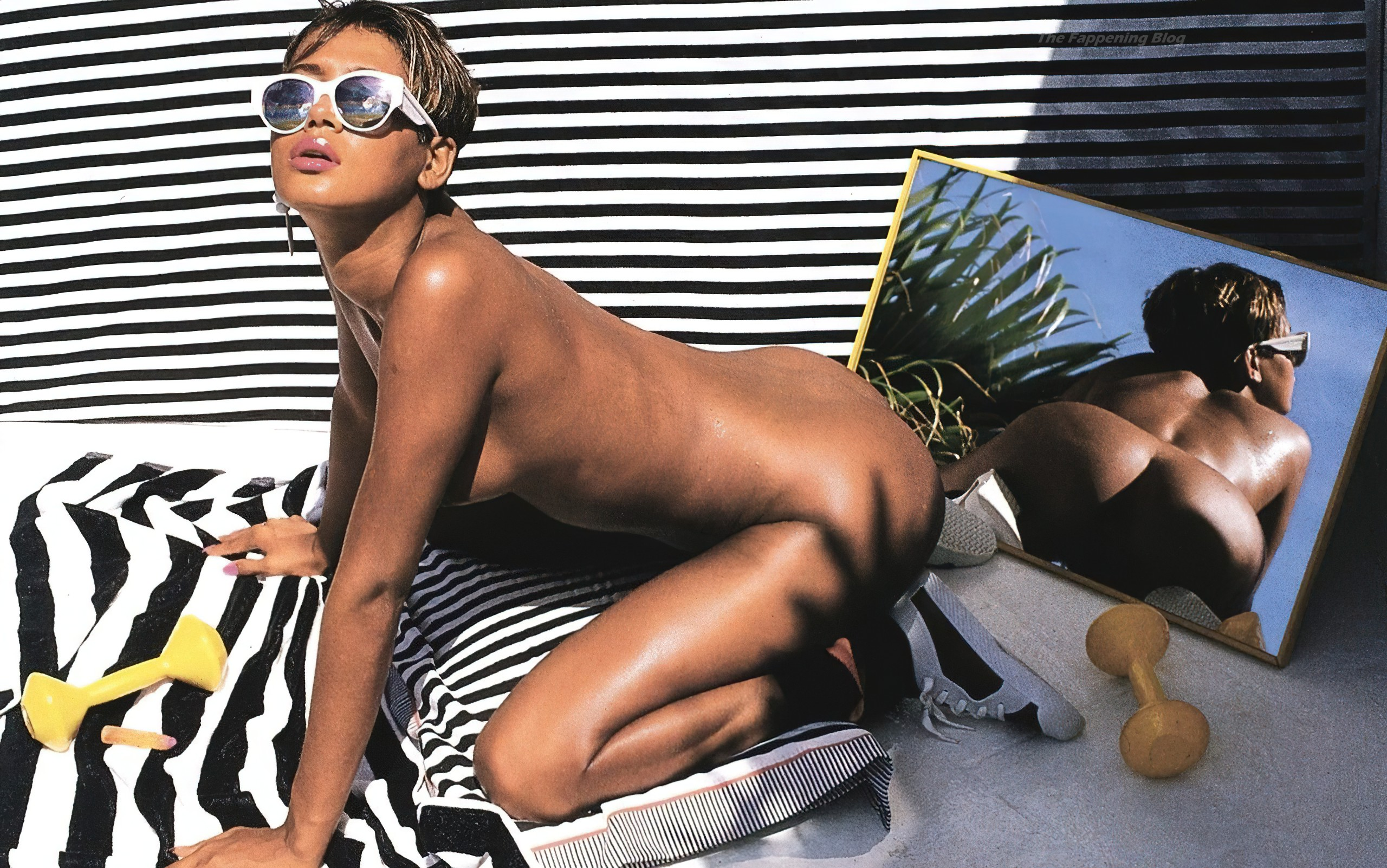 Rihanna Nude Leaks (2 Pics)