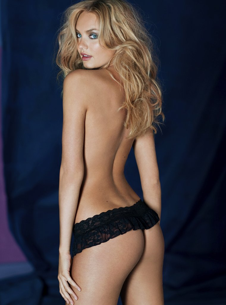 Candice Swanepoel shows her ass as VS angel